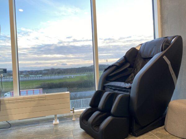 Atmos massasjestol i svart i penthouse leilighet dansk design